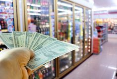 Δολάρια μιας χεριών εκμετάλλευσης στο κατάστημα Στοκ φωτογραφία με δικαίωμα ελεύθερης χρήσης