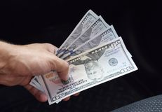 Δολάρια συσκευών αποστολής σημάτων χεριών Μεταφορά των χρημάτων από τα χέρια Α Στοκ Φωτογραφίες
