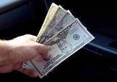 Δολάρια συσκευών αποστολής σημάτων χεριών Μεταφορά των χρημάτων από τα χέρια Α Στοκ εικόνες με δικαίωμα ελεύθερης χρήσης