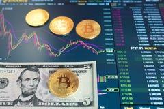 Δολάριο λογαριασμών πέντε εγγράφου, Δολ ΗΠΑ, θολωμένο υπόβαθρο Το ηλεκτρονικό πρόγραμμα του bitcoin στην ανταλλαγή, εμπόρια όγκου στοκ φωτογραφία