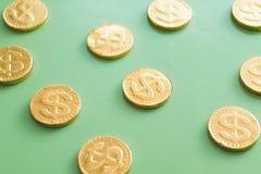 Δολάριο νομισμάτων σε ένα πράσινο υπόβαθρο έννοια οικονομική Στοκ εικόνα με δικαίωμα ελεύθερης χρήσης