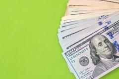 δολάριο 100 που απομονώνεται σε πράσινο Στοκ Φωτογραφία