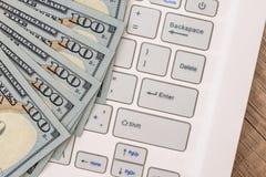 Δολάριο bilsl στο άσπρο lap-top πληκτρολογίων Στοκ Εικόνα