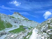 Δολομίτες Ιταλία ουρανού βουνών κοιλάδων σπιτιών Στοκ Φωτογραφία