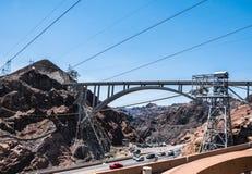 Δομές εφαρμοσμένης μηχανικής του φράγματος Hoover, Νεβάδα Σχηματισμένη αψίδα γέφυρα πέρα από τον ποταμό του Κολοράντο εναέρια όψη Στοκ Εικόνες