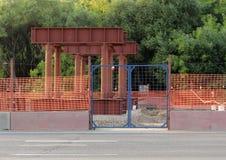Δομές μετάλλων για την κατασκευή μιας γέφυρας στην οδική σύνδεση στη Μόσχα Στοκ φωτογραφία με δικαίωμα ελεύθερης χρήσης