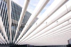 Δομή ακτίνων μετάλλων, σύγχρονο κτίριο γραφείων, χώρος εργασίας Στοκ φωτογραφία με δικαίωμα ελεύθερης χρήσης