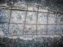 Δομή γραμμών χάλυβα στο ραγισμένο συγκεκριμένο πεζοδρόμιο Στοκ Εικόνες