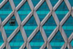 Δομή κτιρίου γραφείων που χτίζεται από την πράσινη επιτροπή γυαλιού Στοκ Εικόνες