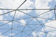 Δομή μετάλλων ενάντια στο μπλε ουρανό Στοκ φωτογραφίες με δικαίωμα ελεύθερης χρήσης
