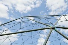Δομή μετάλλων ενάντια στο μπλε ουρανό Στοκ Φωτογραφίες