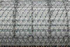 Δομή μετάλλων με το πλέγμα όπως το σχέδιο υπαίθρια στοκ εικόνες