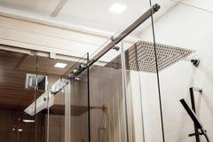 Δομή μετάλλων των ανώτερων συνδέσμων και των κυλίνδρων για τη συρόμενη πόρτα γυαλιού στο ντους Στοκ εικόνες με δικαίωμα ελεύθερης χρήσης
