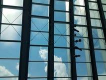 Δομή μετάλλων με τα παράθυρα και το μπλε ουρανό Στοκ Φωτογραφία