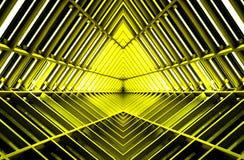 Δομή μετάλλων παρόμοια με το εσωτερικό διαστημοπλοίων στο κίτρινο φως Στοκ Εικόνες