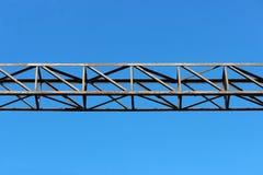 Δομή μετάλλων στο σιδηρόδρομο ενάντια στο μπλε ουρανό Στοκ εικόνα με δικαίωμα ελεύθερης χρήσης