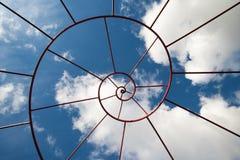 Δομή μετάλλων του Φιμπονάτσι με τον ουρανό στο υπόβαθρο Στοκ Εικόνες