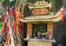 Δομή προσευχής μικρός ναός Ένα δέντρο επιθυμίας Ασία η λατρεία των πνευμάτων Στοκ Φωτογραφίες