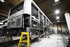 Δομή πλαισίων λεωφορείων κατά τη διάρκεια της ανακαίνισης του καταστήματος επισκευής Στοκ Εικόνες