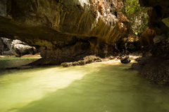 Δομή σπηλιών ασβεστόλιθων καρστ της τροπικής παραλίας στο νησί με Στοκ φωτογραφία με δικαίωμα ελεύθερης χρήσης