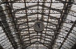Δομή στεγών του σιδηροδρομικού σταθμού Gare de λ ` Est του Παρισιού με το ρολόι Στοκ Φωτογραφία