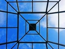 Δομή του ξύλινου πλαισίου στεγών για την οικοδόμηση κτηρίου με το μπλε ουρανό και το υπόβαθρο σύννεφων Στοκ Φωτογραφίες