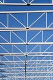 Δομή χάλυβα της στέγης στο μπλε ουρανό στοκ φωτογραφία