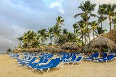 Δομινικανή παραλία ξενοδοχείων με Sunbed στοκ εικόνα με δικαίωμα ελεύθερης χρήσης