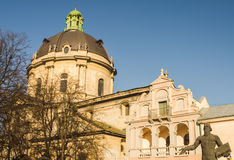 Δομινικανός θόλος καθεδρικών ναών και ένα μνημείο σε Fedorov σε Lviv στην Ουκρανία Στοκ φωτογραφία με δικαίωμα ελεύθερης χρήσης