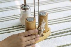 Δονητής αλατιού και πιπεριών σε έναν ξύλινο πίνακα στοκ φωτογραφίες