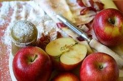 Δονητής ζάχαρης, μήλα και μαχαίρι φλούδας στον ξύλινο τεμαχίζοντας πίνακα Διανυσματική απεικόνιση
