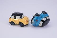 Δονητής και αλατοδοχείο πιπεριών στη μορφή αυτοκινήτων κεραμική που απομονώνει στο wh Στοκ φωτογραφίες με δικαίωμα ελεύθερης χρήσης