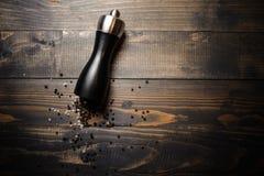 Δονητής πιπεριών με το καλαμπόκι papper στο ξύλινο υπόβαθρο στοκ εικόνα με δικαίωμα ελεύθερης χρήσης