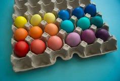 Δονούμενα βαμμένα χέρι ζωηρόχρωμα αυγά Πάσχας σε ένα κιβώτιο αυγών χαρτονιού που αντιμετωπίζεται στοκ εικόνες με δικαίωμα ελεύθερης χρήσης