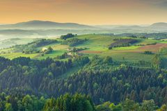 Δονούμενα πράσινα αγροκτήματα επαρχίας στην ανατολή στοκ εικόνες