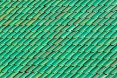 Δονούμενα πράσινα κεραμίδια στεγών Διαμορφωμένο και κατασκευασμένο υπόβαθρο imag Στοκ Εικόνα