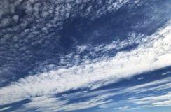 Δονούμενα σύννεφα που σκουπίζουν μέσω του ουρανού Στοκ Εικόνα