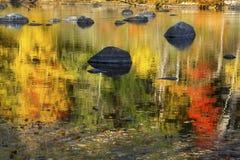 Δονούμενα χρώματα πτώσης στις αντανακλάσεις στον ποταμό Farmington, Conn Στοκ εικόνες με δικαίωμα ελεύθερης χρήσης