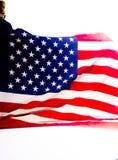 Δονούμενες αμερικανική σημαία και θέση που στέκονται μπροστά από ένα άσπρο υπόβαθρο στοκ εικόνες