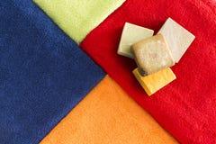 Δονούμενες ζωηρόχρωμες πετσέτες με το οργανικό σαπούνι Στοκ φωτογραφίες με δικαίωμα ελεύθερης χρήσης
