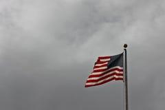 Δονούμενη αμερικανική σημαία σε μια θυελλώδη ανασκόπηση Στοκ Εικόνες
