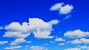 Δονούμενοι μπλε ουρανός και σύννεφα χρονικού σφάλματος απόθεμα βίντεο