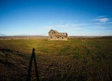 Δονούμενοι ουρανοί Αλμπέρτα, Καναδάς με την παλαιά αγροικία Στοκ εικόνα με δικαίωμα ελεύθερης χρήσης