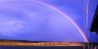 Δονούμενος διπλός μπλε ουρανός ουράνιων τόξων/πέρα από το νερό Στοκ φωτογραφία με δικαίωμα ελεύθερης χρήσης