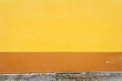 Δονούμενος κίτρινος και καφετής τοίχος ασβεστοκονιάματος Στοκ εικόνες με δικαίωμα ελεύθερης χρήσης
