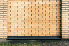 Δονούμενος κίτρινος φράκτης τούβλου Στοκ εικόνα με δικαίωμα ελεύθερης χρήσης