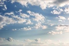 Δονούμενος μπλε ουρανός με τα άσπρα σύννεφα όμορφο γίνοντα διάνυσμα φύσης ανασκόπησης στοκ φωτογραφία με δικαίωμα ελεύθερης χρήσης
