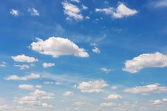 Δονούμενος μπλε ουρανός με τα άσπρα σύννεφα όμορφο γίνοντα διάνυσμα φύσης ανασκόπησης στοκ εικόνες