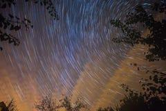 Δονούμενος νυχτερινός ουρανός με τα αστέρια στοκ φωτογραφία με δικαίωμα ελεύθερης χρήσης