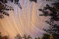 Δονούμενος νυχτερινός ουρανός με τα αστέρια στοκ εικόνα με δικαίωμα ελεύθερης χρήσης